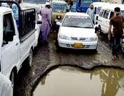 کراچی: ملیرنیشنل ہائی وے پر پڑنے والا گڑھا اور اس میں جمع پانی کی وجہ ..