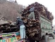 چترال: جانوروں کی کھالیں پشاور سپلائی کے لیے ٹرک پر لوڈ کیجا رہی ہیں۔