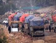 راولپنڈی: لیاقت باغ کے قریب کچرے سے سے بھرے ڈپمر جا رہے ہیں۔