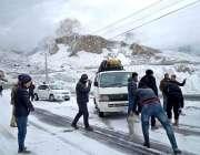 ہنزہ: شاہراہ قراقرم پر برفانی کارپٹڈ روڈ پر گاڑیوں کی بہتر گرفت کےلئے ..