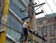 راولپنڈی: واپڈا اہلکار بجلی کی خراب تاروں کو مرمت کرنے میں مصروف ہیں۔