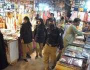حیدر آباد: پولیس اہلکار نیو کلاتھ مارکیٹ میں گشت کر رہے ہیں۔