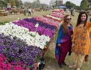 لاہور: جیلانی پارک میں پھلوں کی نمائش دیکھنے کے لیے آنے والی لڑکیاں ..