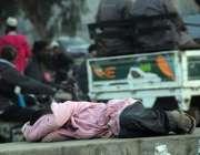کراچی: نوجوان فٹ پاتھ پر آرام کر رہا ہے۔