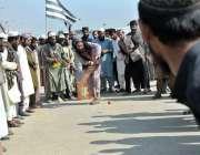 اسلام آباد: وفاقی دارالحکومت میں شاہراہ کشمیر پر کرکٹ میچ کھیلنے کے ..