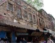 لاہور: فلیمنگ روڈ پر واقع خستہ حال عمارت کے نیچے کاروبار جاری ہے جس ..