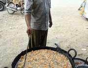 لاڑکانہ: دکاندار ماہ رمضان کے روزہ کی افطاری کے لیے پکوڑے بنا رہا ہے۔