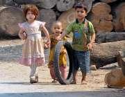 راولپنڈی: سکول جانے سے محروم بچے کھیل کود میں مصروف ہیں۔