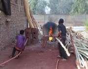 فیصل آباد: مزدور بانس سیدھے کرنے میں مصروف ہیں۔