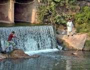 اسلام آباد: بری امام کے قریب پانی عبور کرنے والا شخص۔