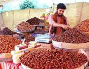 اسلام آباد: رمضان سستا بازار میں ایک دکاندار گاہکوں کو متوجہ رکنے کے ..