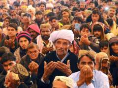 MULTAN: Devotees offering dua during the concluding ceremony of 705th annual Urs of Hazrat Shah Rukne Alam.