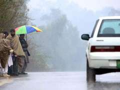 RAWALPINDI: People waiting for transport during a heavy rain that experienced the twin cities.