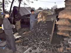 ISLAMABAD: Vendors grading coals to sell as per increased demand due to cold weather in the city.