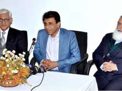 LAHORE: Federal Minister for Information Technology and Telecommunication Dr. Khalid Maqbool Siddiqui talking to the media at Virtual University.