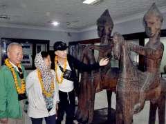 PESHAWAR: Chinese delegation viewing the displayed stuff during their visit to Museum.