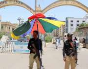 کراچی : لیاری کے مرکزی گیٹ کے پاس سخت گرمی اور ماہ رمضان المبارک کے ..