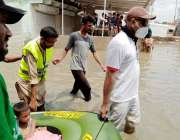 کراچی : سربراہ بیت المال سندھ جنید لاکھانی اپنی ٹیم کے ہمراہ سرجانی ..