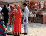 کراچی، لائٹ ہائوس پر مندر پر خواتین دیوالی کا سامان خرید رہی ہیں۔