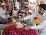 راولپنڈی: ینی کے علاقے میں ایک شہری پھول خرید رہا ہے۔