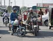 لاہور: لاری اڈامیں ٹریفک وارڈن رکشہ ڈرائیور کا قانون کی خلاف ورزی پر ..
