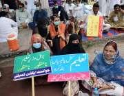 لاہور: اساتذہ اپنے مطالبات کے حق میں مال روڈ پر احتجاج کررہے ہیں۔