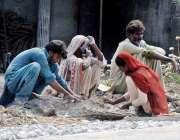 راولپنڈی: محنت کش خانہ بدوش فیملی جی ٹی روڈ پر سڑک کے تعمیراتی کام میں ..