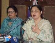 لاہور: نجی این جی او کی نمائندہ بشری خالق پریس کانفرنس کررہی ہیں۔