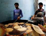 راولپنڈی: کاریگر پھینیاں تیار کر رہے ہیں۔