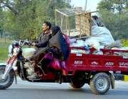 اسلام آباد: ایک خانہ بدوش فیملی شہر کے مختلف حصوں سے جمع کرنے کے بعد ..