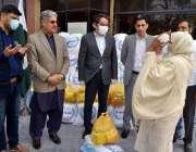 راولپنڈی، ایک مستحق خاتون پاکستان میں ترکی کے سفیر احسان مصطفی یرداکول ..
