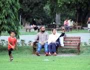 لاہور: باغ جناح میں سیروتفریح کیلئے آنے والی فیملی سیلفی بنارہی ہے۔