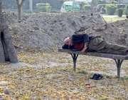 لاہور : جیلانی پارک میں ایک شہری بینچ پر لیٹا نیند کے مزے لے رہا ہے۔