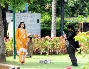 لاہور : جیلانی پارک میں سیروتفریح کیلئے آئی لڑکی تصویر بنوارہی ہے۔