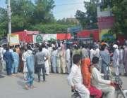 فیصل آباد: جڑانوالہ روڈ احساس سنٹر پر امدادی رقوم کے حصول کے لئے جمع ..