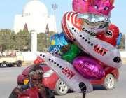 کراچی: 60 سالہ عبدالرحمان نامی ایک بزرگ، مزار قائد کے سامنے ہوا سے بھرے ..
