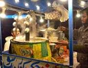 حیدرآباد: سڑک کے کنارے پر صارفین کو راغب کرنے کے لئے ایک دکاندار چکن ..