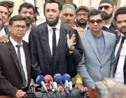 لاہور : مسلم لیگ (ن) کے رہنما عطاء اللہ تارڑ ہائی کورٹ میں میڈیا سے گفتگو ..