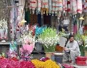 راولپنڈی: بنی چوک پر اپنی دکان پر گاہکوں کو راغب کرنے کے لئے مختلف قسم ..