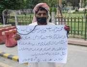 لاہور:وہاڑی کا رہائشی اپنے مطالبات کے حق میں احتجاج کر رہا ہے۔