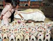کراچی : سڑک کنارے ایک پتھارے دار کپڑے سے بنائے گئے بھیڑ کے بچے کا کھلونا ..
