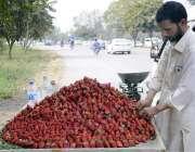 اسلام آباد: گاہکوں کو راغب کرنے کے لئے ایک فروش موسمی فروٹ اسٹرابیری ..