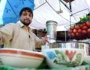 پشاور: رمضان المبارک دوران روایتی کھانے کی چیز چٹنی تیار کرنے والا ..