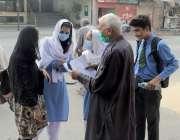 لاہور : کرونا اس کی وجہ سے چھ ماہ کی بندش کے بعد سکول آنے والی طالبات ..