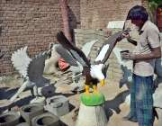 فیصل آباد: ایک مزدور اپنے کام کی جگہ پر سیمنٹ سے بنے خوبصورت جانور بنا ..