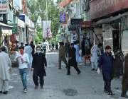 اسلام آباد: شہر میں جزوی طور پر لاک ڈاؤن کے بعد لوگ روزمرہ کی اشیائے ..