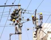 ملتان: میپکو کے عملہ پال موج دریا کے قریب بجلی کے کھمبے میں خرابیاں ..