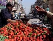 راولپنڈی:شہری ریڑھی بان سے سٹرابری خرید رہا ہے۔