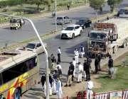 کراچی، سٹیڈیم روڈ پر ٹریفک پولیس کی جانب سے ٹریفک کے قوانین پر عملدرآمد ..
