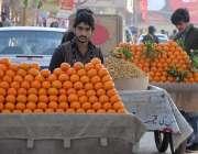 راولپنڈی: پھل فروش سڑک کنارے ریڑھی پر مالٹے سجائے خریداروں کے انتظار ..